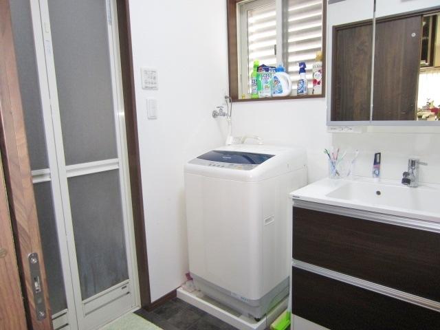 パナソニック製洗面化粧台。 ヒーターレスでくもらないミラー。 三面鏡の内部にコンセントがあるため、充電しながら収納できます。