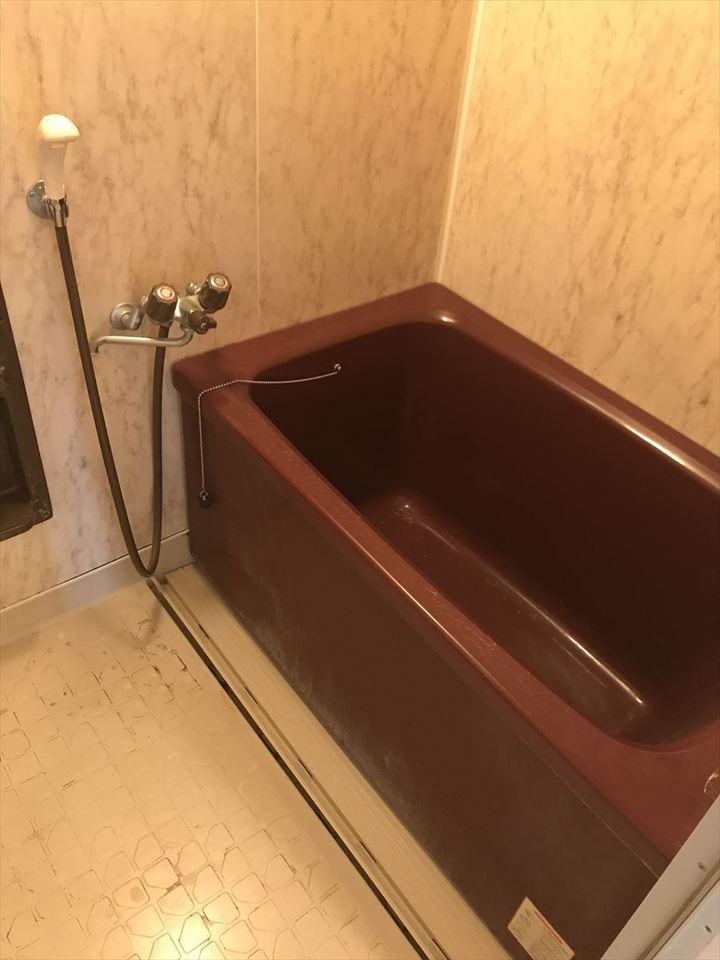 ブラウンの浴槽にホワイトの壁はとてもオシャレです。