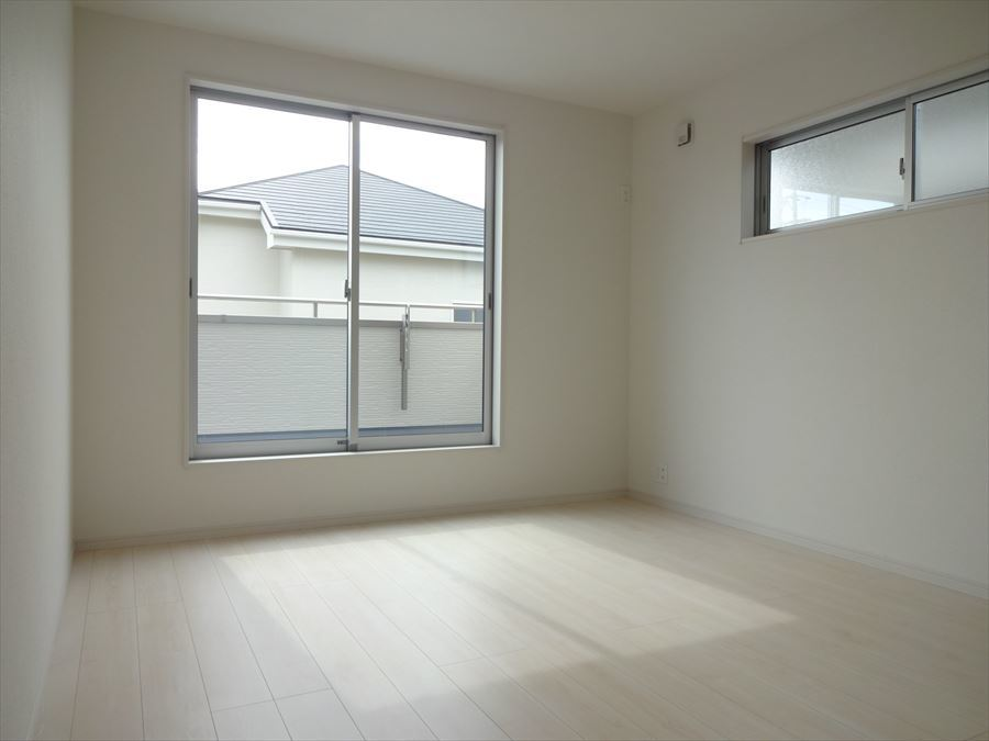 7帖の洋室は、バルコニーに出られます。高い位置にある西側の窓で通気性や視線にも配慮されています。