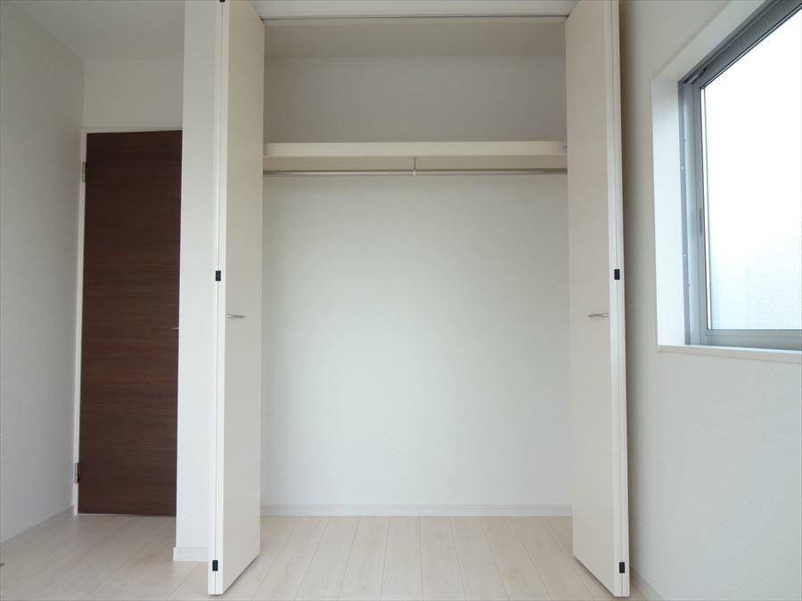 5.34帖洋室のクローゼット。お部屋をスッキリ片づけられ、空間を広くお使いになれます。