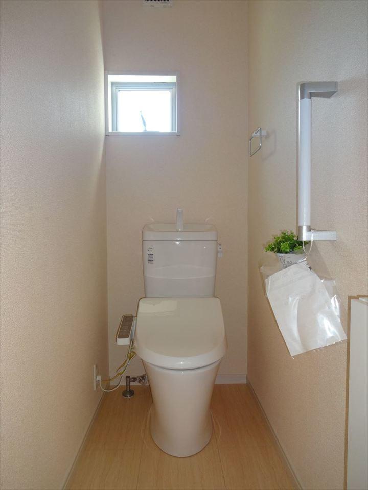 小窓のあるトイレで明るさと通気性が確保されています。