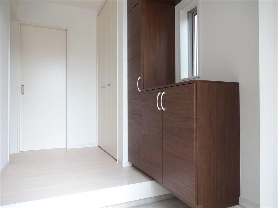 明るい玄関には、天井までのシューズクローゼットの他に可動棚を完備!玄関をスッキリ片づけられます。