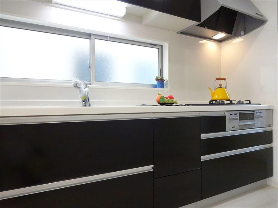 キッチンは独立型になっているので、吊戸棚完備!収納力があります☆ また、リビングと繋がっているのでご家族の様子をみながらのお料理も可能です。