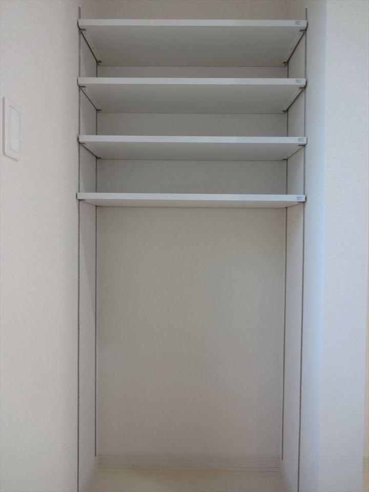 キッチン横にはパントリーが2ヶ所に! 便利な可動式で、使い勝手も◎です♪