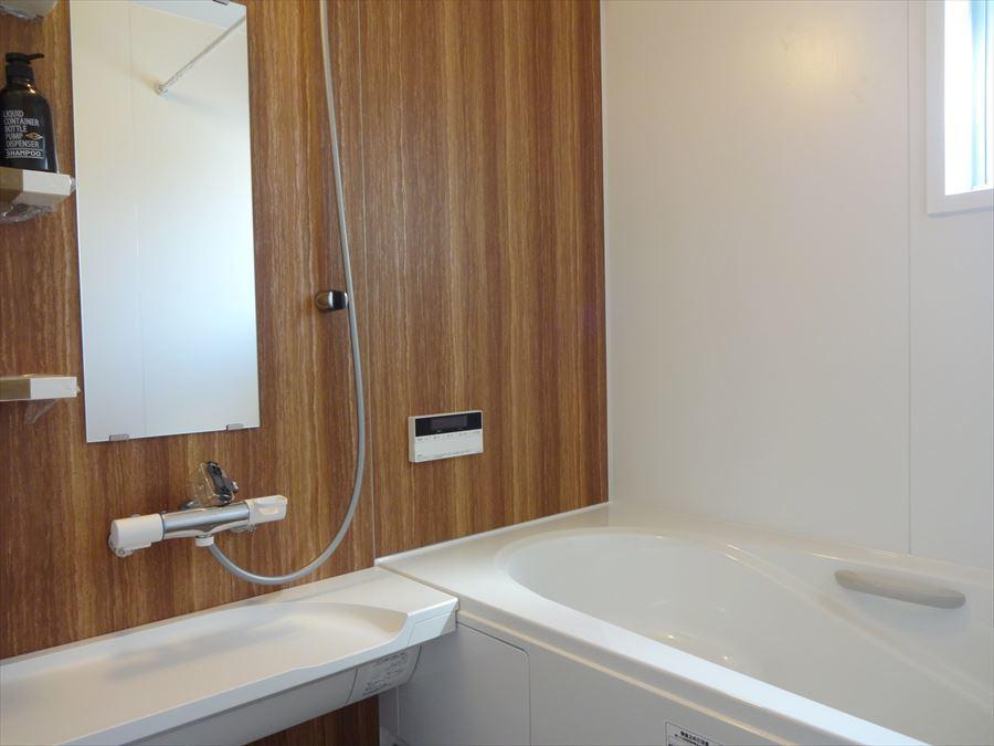 木目調のボードを採用した浴室は、清潔感もありゆったりとバスタイムを愉しむことができそう☆