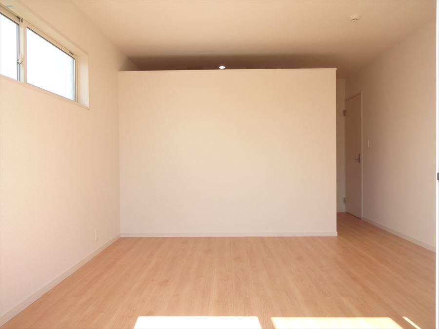 9帖の洋室は、明るい南側のお部屋♪高い位置の窓で、明るさ・通気性に加え視線にも配慮されています。
