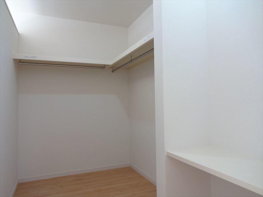 9帖洋室のウォークインクローゼットには、カウンターが設置してあります。 コンセントもあるのでここに鏡を置けばドレッサーとしても活用出来ますね♪