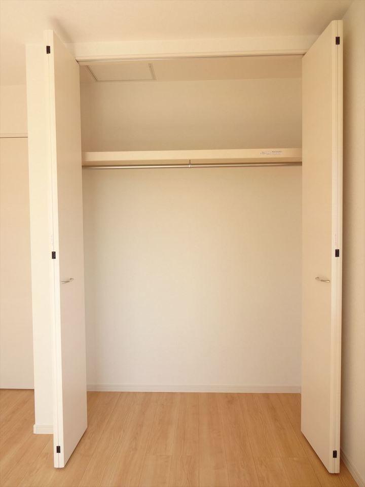 南側5.34帖洋室のクローセットです。お部屋をスッキリ片付けられますね!
