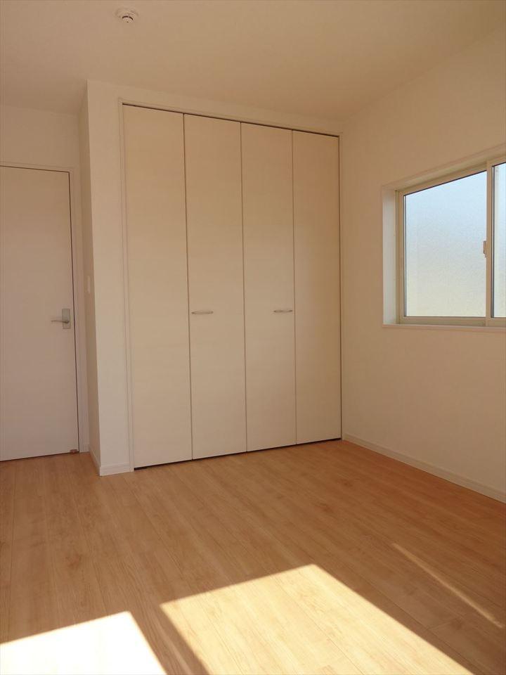 北側5.34帖の洋室です。二面に窓があるので、明るさと通気性も確保されています。