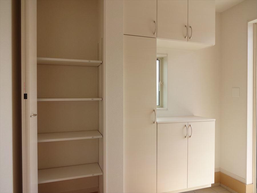 明るい玄関は、天井までのシューズクローゼットと可動棚を完備! 靴以外の外出時の持ち物を置いておくこともできますね♪