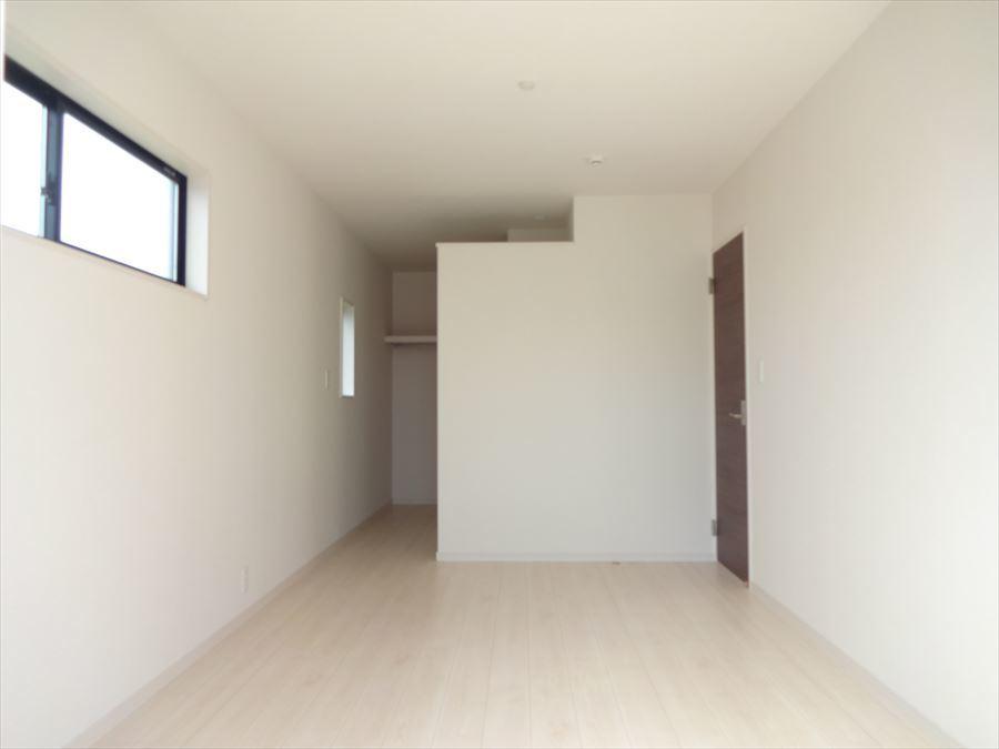 7.5帖の洋室は、バルコニーへ出ることができるお部屋。主寝室に向いています。