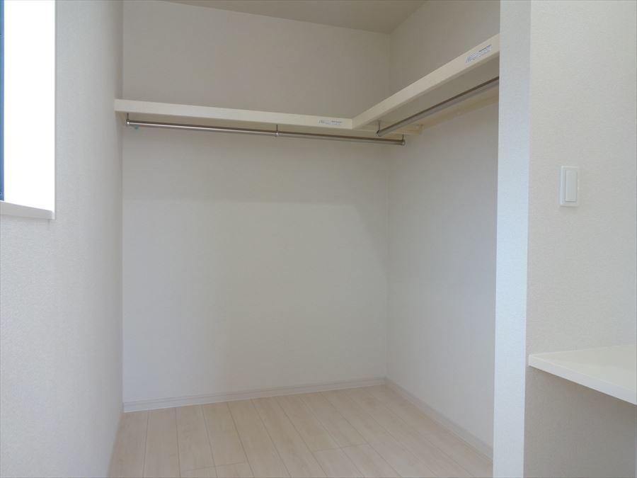 7.5帖洋室にある、カウンター付のWICです。カウンターにはコンセントがあるので、鏡を置いて身だしなみを整えるスペースに♪