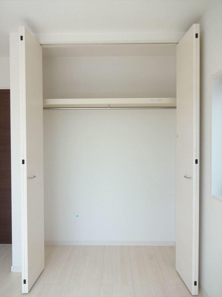 5.34帖の洋室は、クローゼット完備でお部屋をすっきり片づけられます。