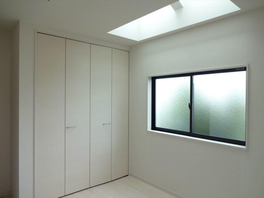 北側の5.34帖のお部屋には、天井窓が♪柔らかい日差しと夜の月明かりが愉しめるお部屋☆