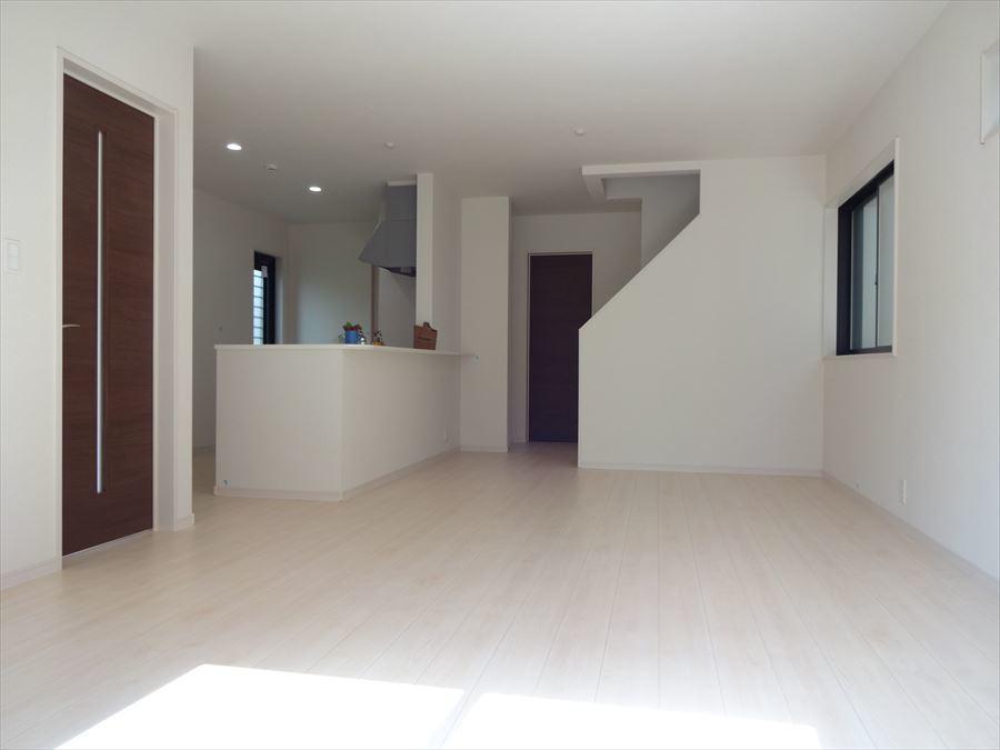 白く開放的なリビングは、アイランドキッチンと吹き抜け階段が魅力♪