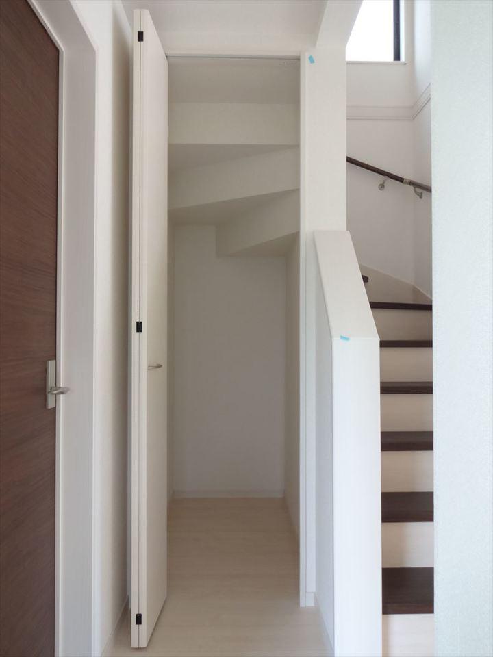 階段下の収納には掃除道具などを片づけるのに良さそう☆