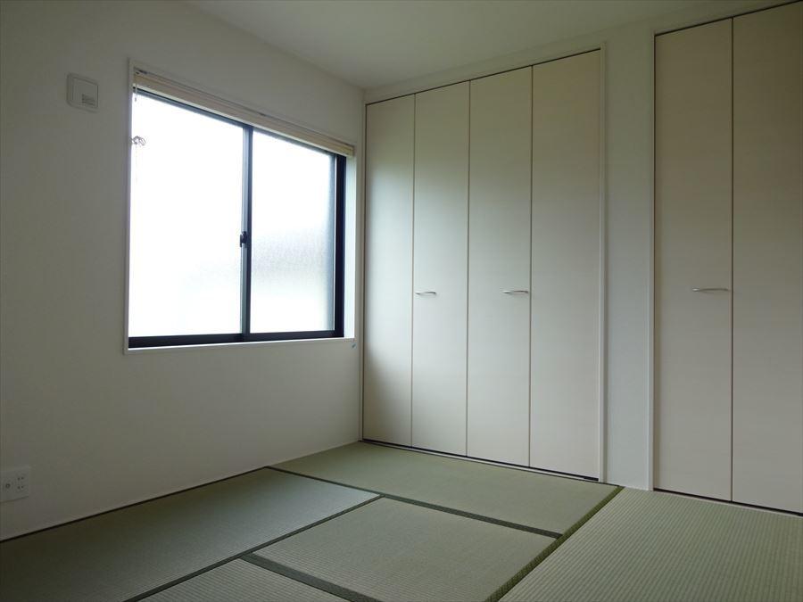 キッチン奥の和室は、小さなお子様の遊び部屋・勉強部屋に☆ キッチンにいても目が届きやすく、すぐお子様のもとへ行くことができます!