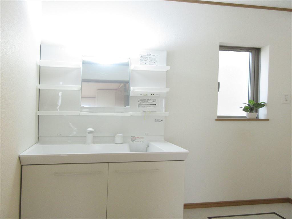 白を基調とする清潔感のある洗面台(^^♪収納スペースも充分ございますのでスッキリとお使いいただけます。