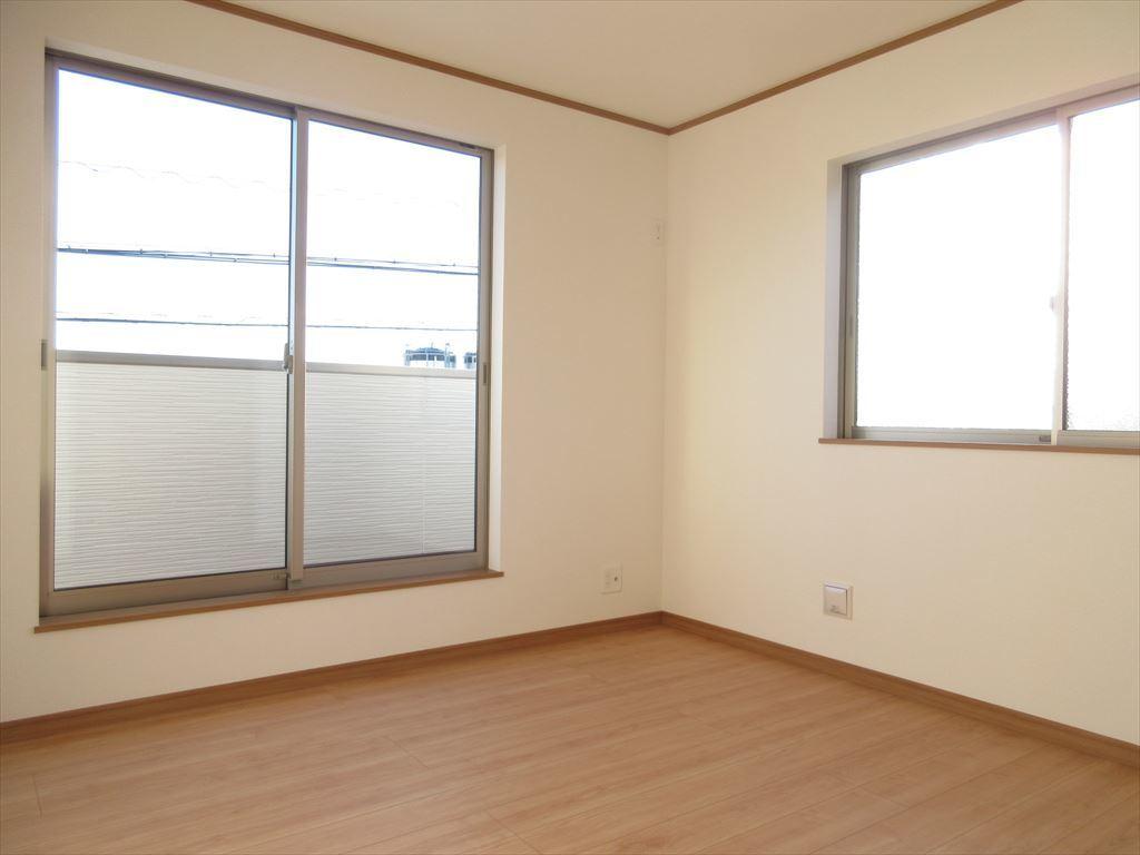 角部屋は2面に大きな窓を設置!日中はとっても明るいですよ!