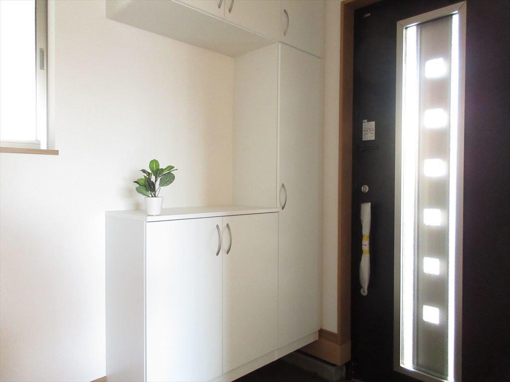ホールも広々開放感がある玄関!  収納も充実しているので、いつでもスッキリ広々と使えます♪