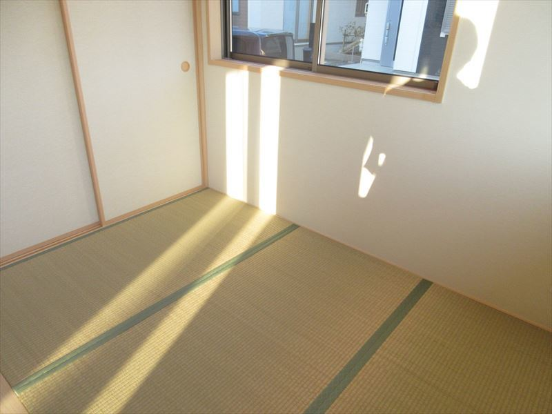 リビングに繋がる和空間。同じ部屋にいながら違うテイストの空間を味わえます(^^)南向きで日当たりも良いのでお昼寝をしたら気持ちよさそうですね♪