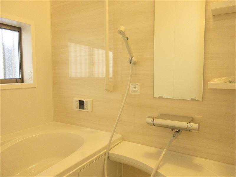 白を基調とした浴室は明るく心地よい空間となっております。バスグッズを置く場所も充実していますので、リラックスグッズを置いてゆったりとバスタイムを楽しむのはいかがでしょうか(^^)