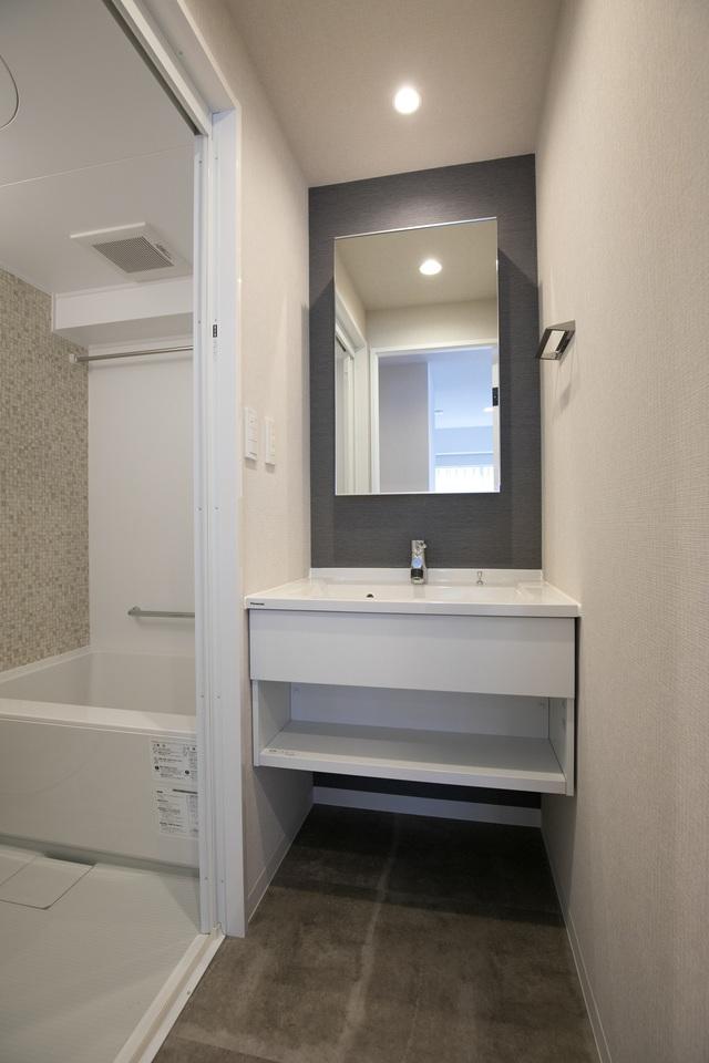 洗面と浴室 洗面所入口から撮影