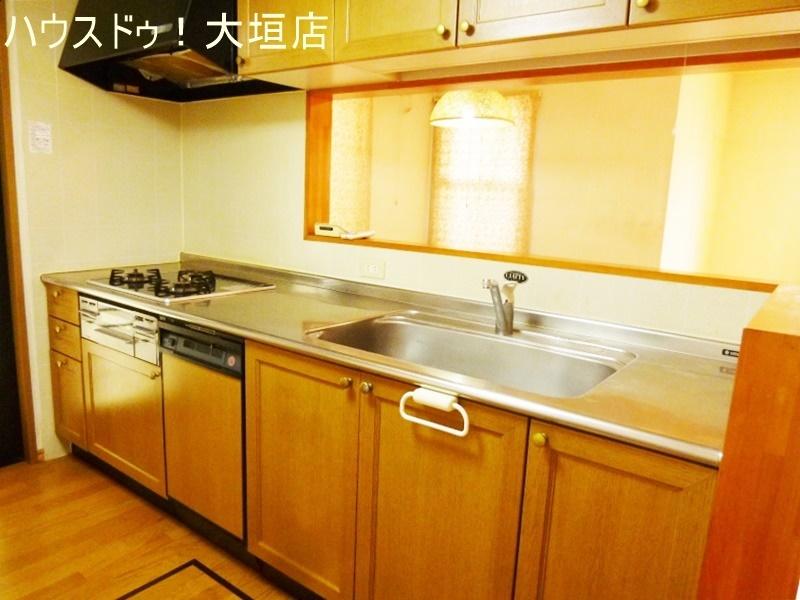 キッチンの勝手口は朝のゴミ出しに便利です。