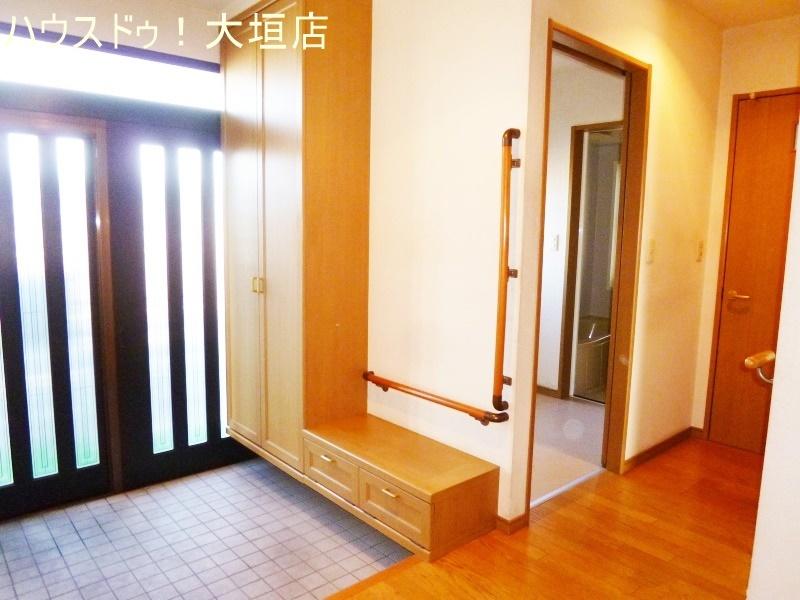 玄関ホールの収納は掃除機や日用品のストックに便利です。