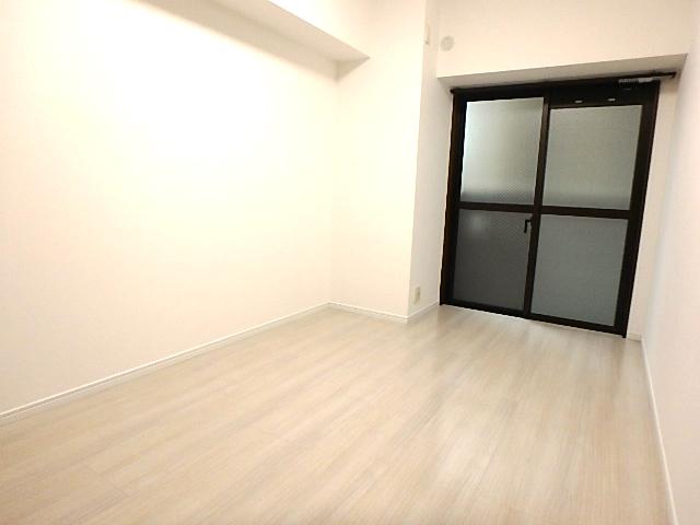 6.4帖洋室 北向きの部屋ですが大きな窓とホワイトクロスとフローリングで明るい室内に。