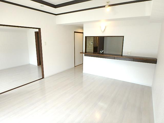 【外観写真】 約13帖のリビング 隣の洋室を開放すればさらに広々と使えます。