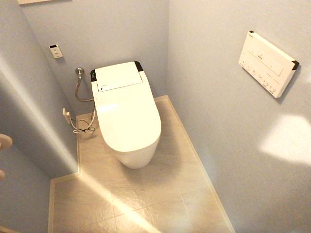爽やかな雰囲気の清潔感のあるトイレ ウォシュレット機能付きです。