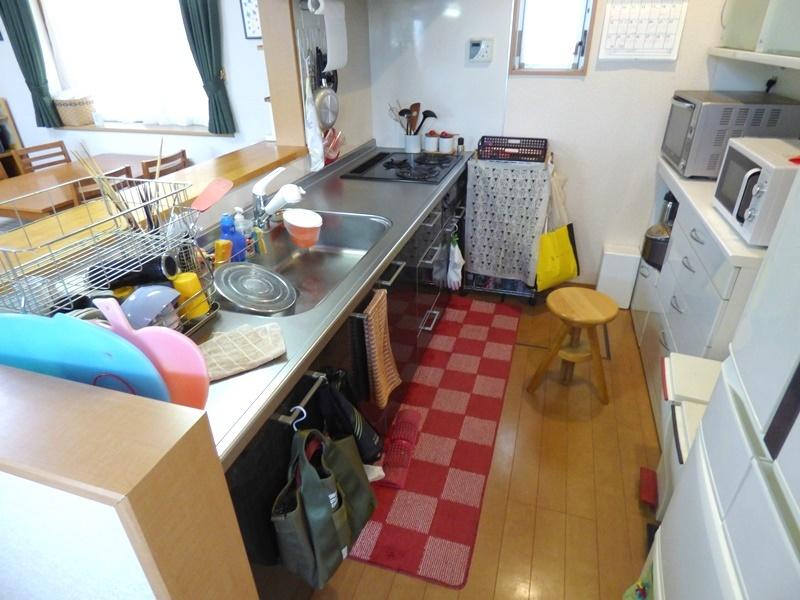 ◎キッチン ご家族と会話を楽しみながらお料理できる対面キッチン!キッチンには勝手口がついています。ゴミ出しの時など、そのまま出入りできて便利です!