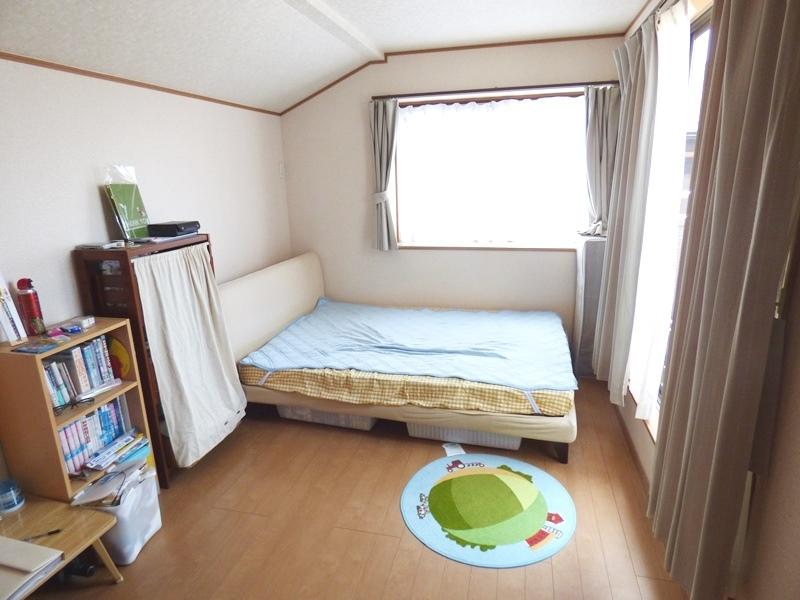 ◎洋室 全居室6帖以上なので、家具を置いても十分なスペースを確保できるゆとりの住空間!小屋裏収納、納戸付のたっぷり収納です!