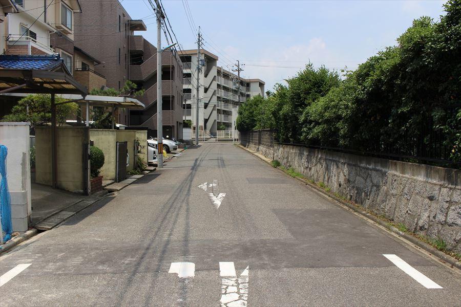 北側公道幅員 約5.4m。車通りも多くなく、落ち着いて駐車できます。