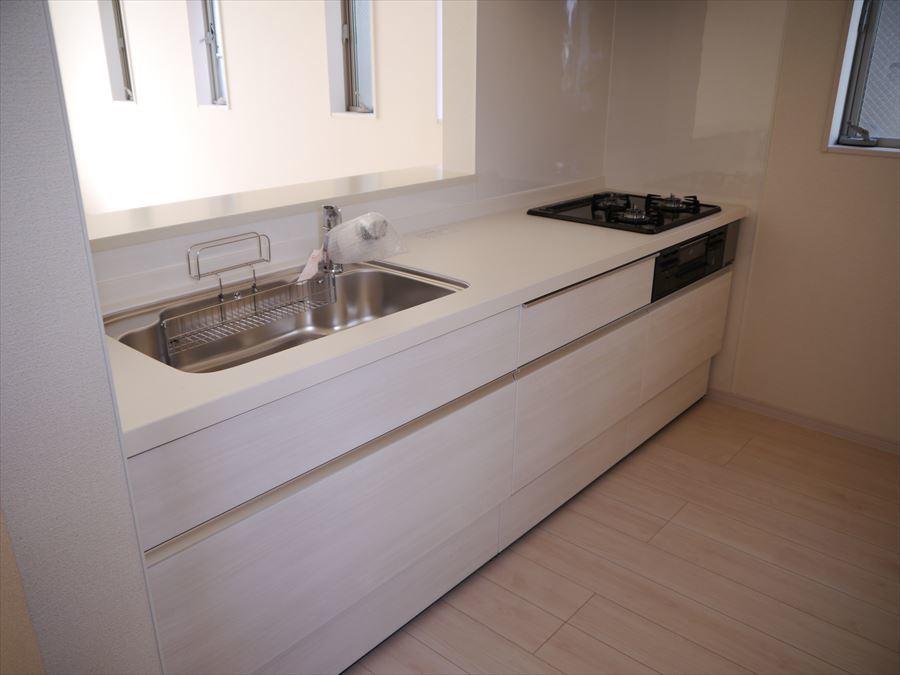 ダイニングキッチンはリビングを見ながらお料理できるのがいいですね♪収納スペースも充実しているのですっきりと使えます◎