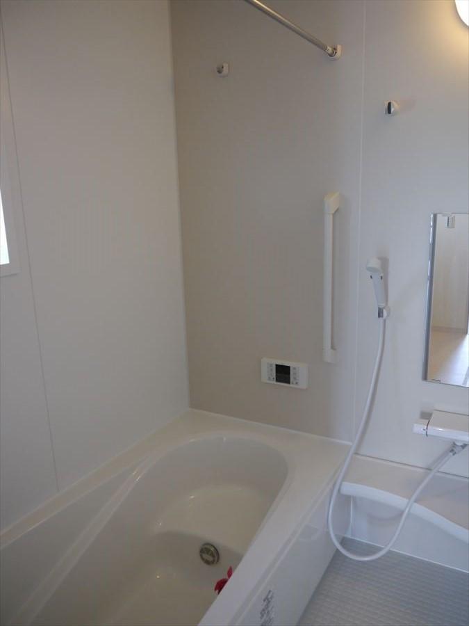 白を基調とした浴室は明るく清潔感もあります。浴槽には段差もあるのでお子様が入るときでも安心ですね!大人は脚を上げてむくみ防止にも◎
