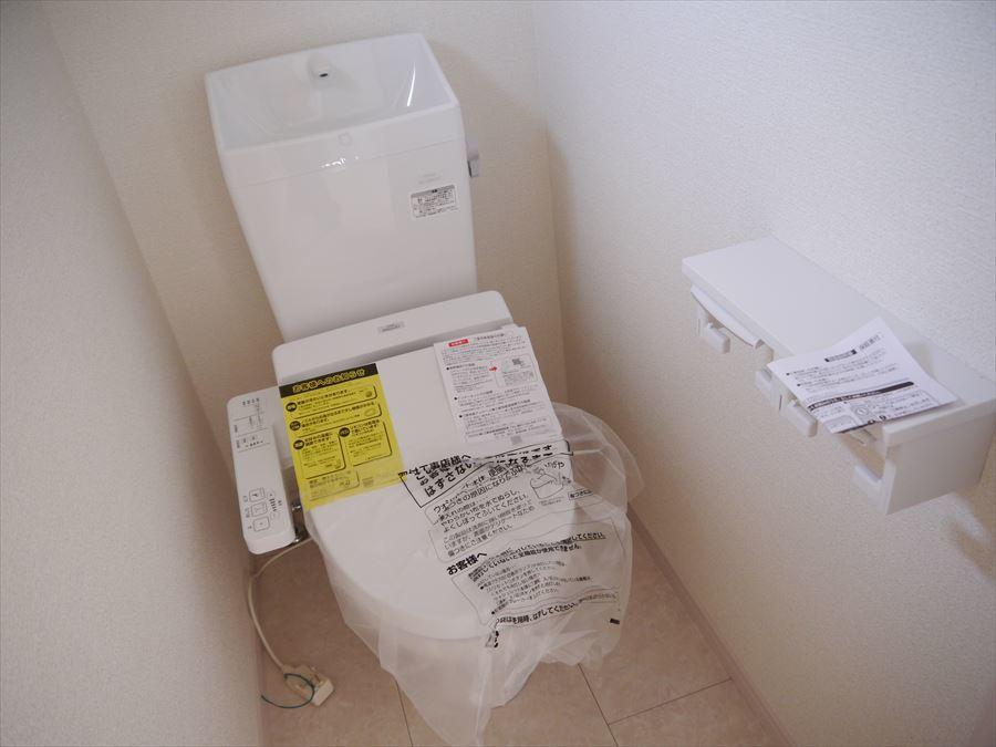 トイレには小窓が付いているので明るく換気もできます◎