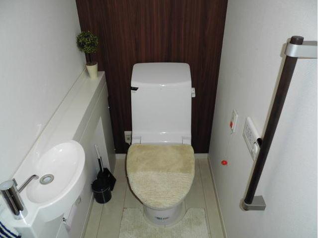 トイレは温水洗浄便座です◎ 手すりもついていて、お年寄りにも優しい造りとなっています