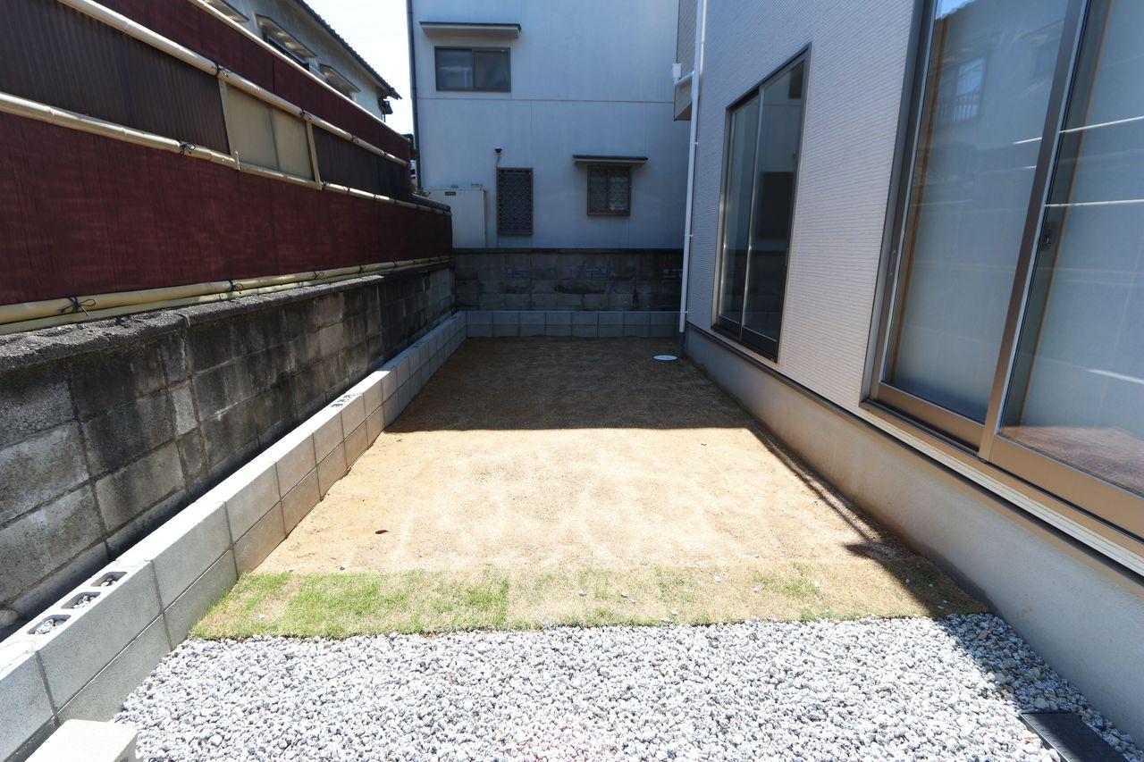リビングと和室から出入りできるお庭がございます。 ガーデニングなどお楽しみ下さい。