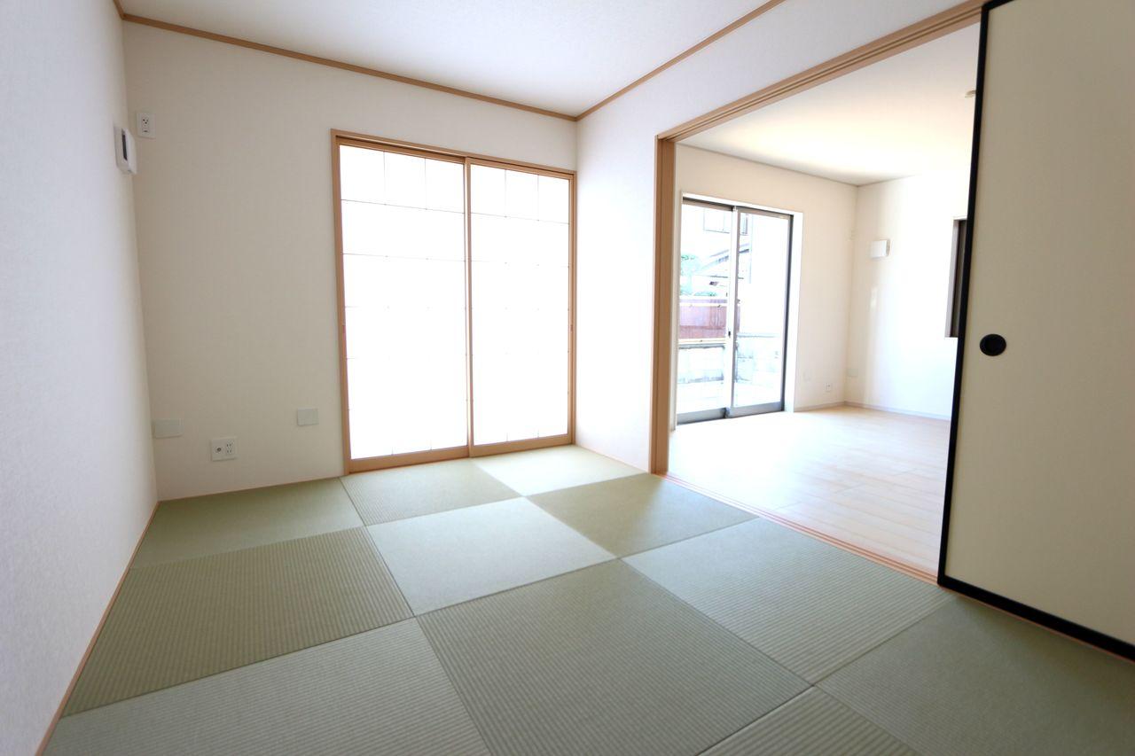 リビングに続く和室は大変開放的です。 琉球畳を採用し、お洒落な印象になりました。