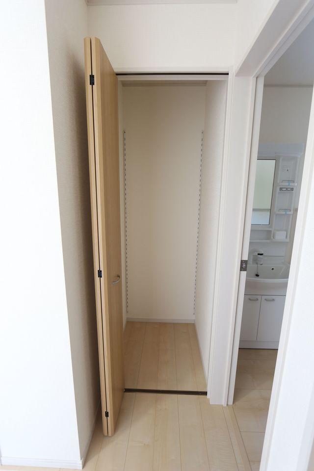 洗面室前にも収納スペースを確保しました。 日用品のストックや掃除機等大きな家電の 整理に役立ちます。