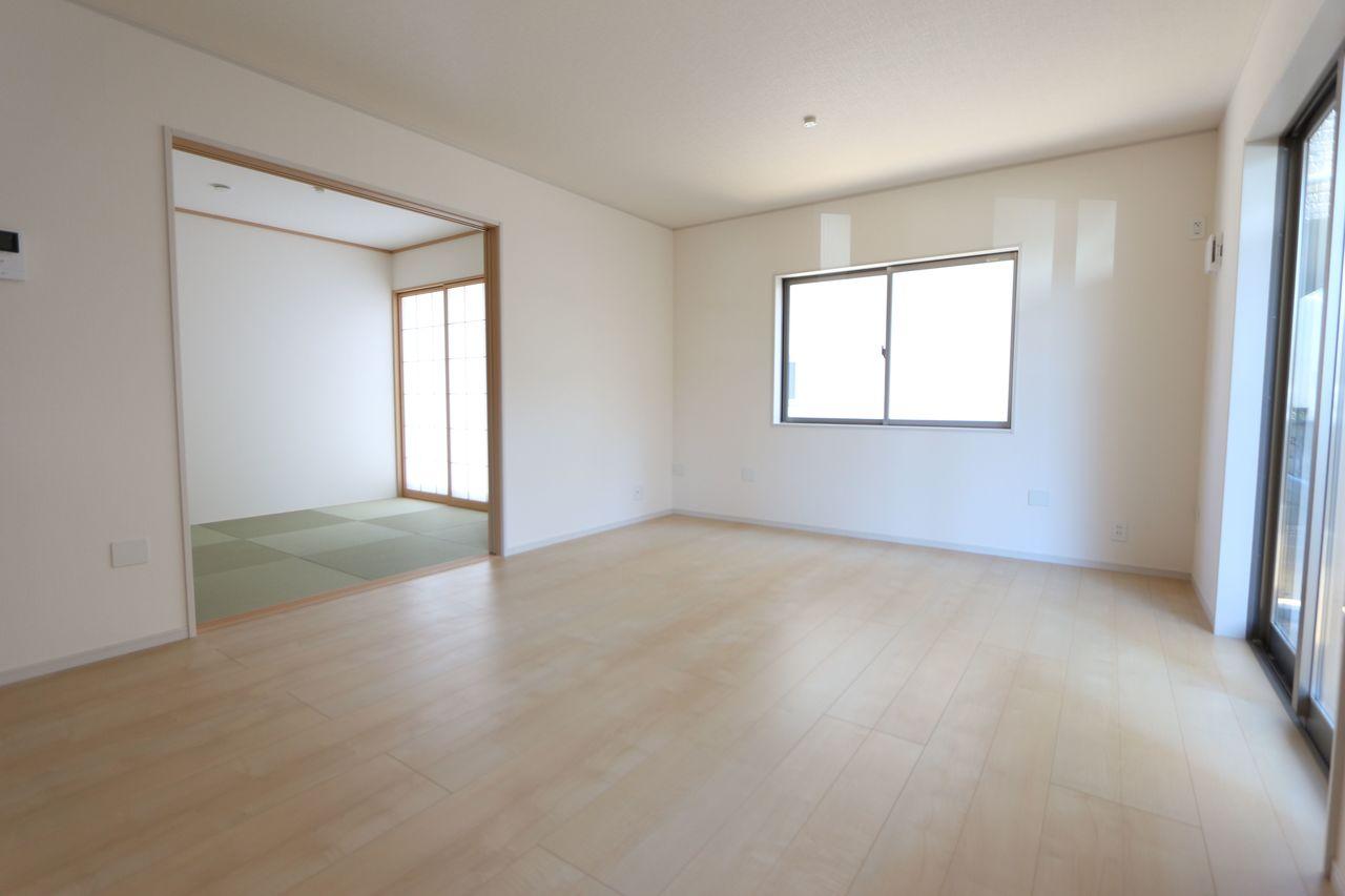和室と合わせて20.5帖の大きな空間です。 ご家族の憩いの場にぴったりですね。