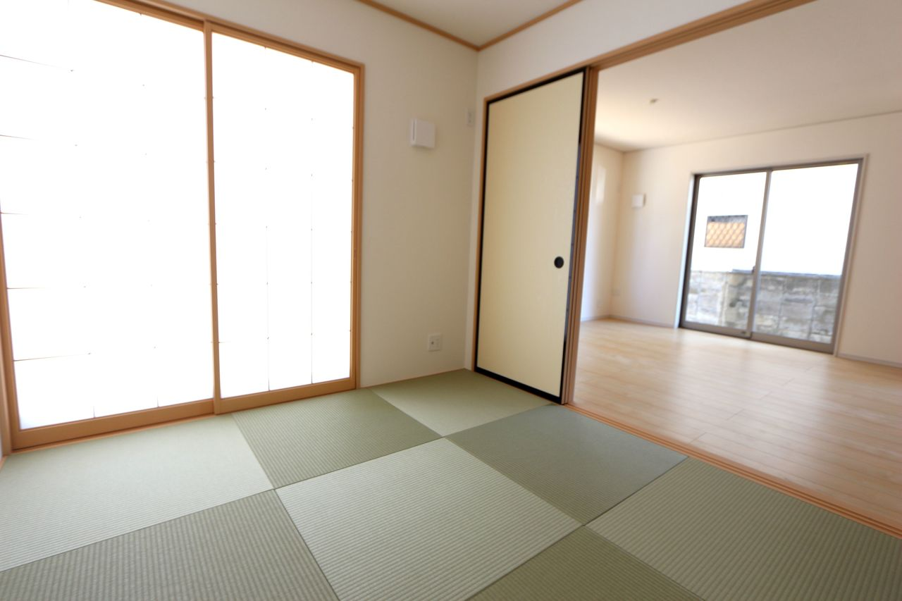 琉球畳を採用し、お洒落な印象になりました。 リビングに続いており大変開放的です。