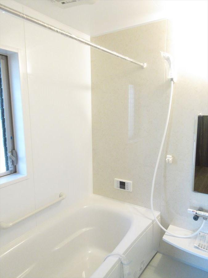 ホワイト浴室は清潔感があり、お掃除もしやすそうです◎