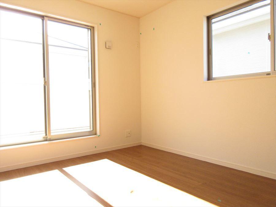 2階には洋室が3部屋ございますので様々な用途でお使いいただけます。南向きのバルコニーもございますのでお洗濯にも最適です♪