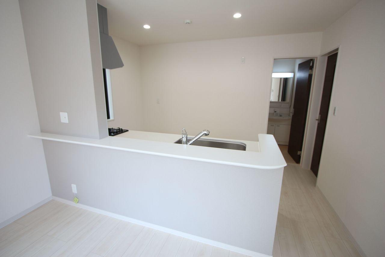 キッチン奥に洗面・浴室を集めた便利な間取り。 忙しい奥様に嬉しい配置です。