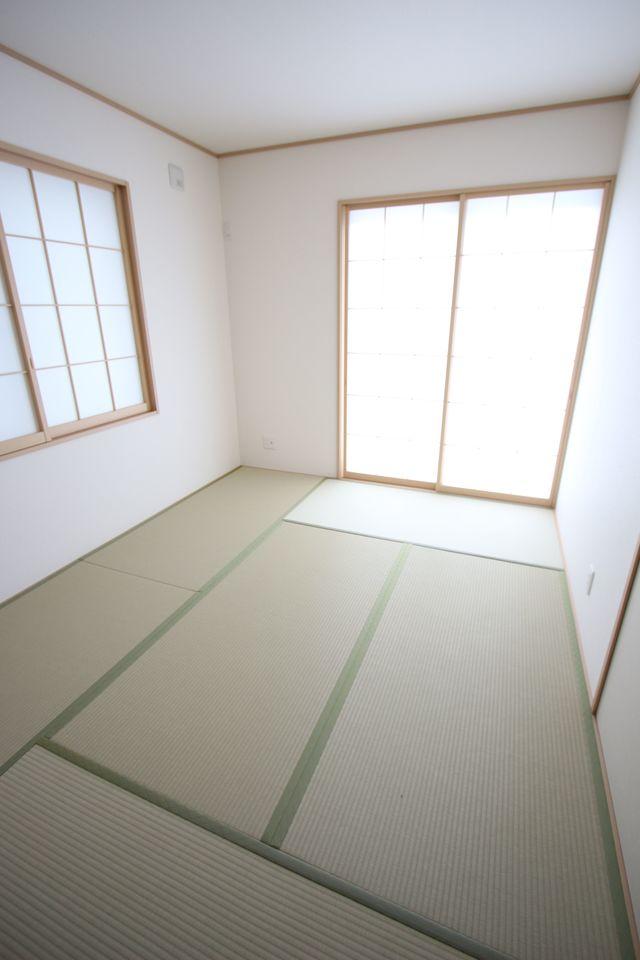 南向きの明るい室内。 リビングと離れた位置にございますので プライバシーも保てますね。