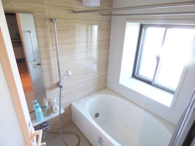 ◎浴室(7/22更新) サービスバルコニー付で、浴室にも窓付!換気ができて、湿気がこもらず快適!雨の日や花粉の季節のお洗濯にも大活躍な浴室乾燥機付です!