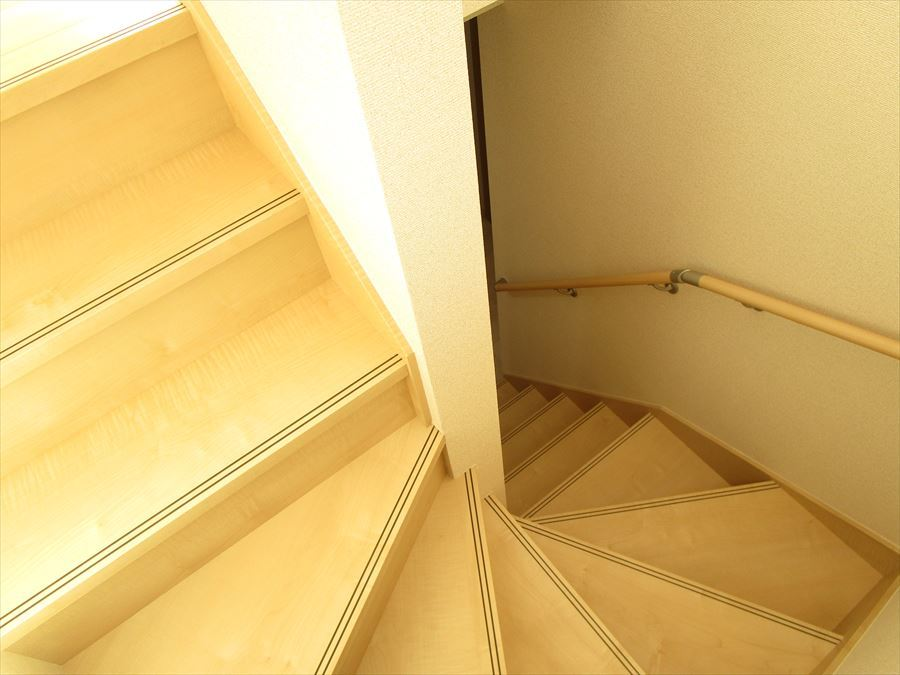手すりも付いたお子様に安心な廻り階段です。